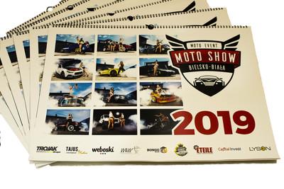Kalendarz motoryzacyjny zawierający zdjęcia kobiet pozujących przy tuningowych samochodach na 2019 rok