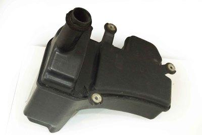Czarny plastikowy zbiorniczek spryskiwaczy do Toyota RAV4 I z numerem części : 17889-74050