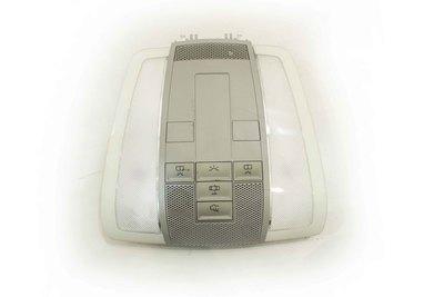 Biała oryginalna lampka podsufitki do Mercedes-benz W204 z numerem części : A2048202001
