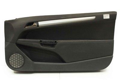 Czarny boczek drzwi prawych przednich do Opla Astry III H w wersji 3 drzwiowej .