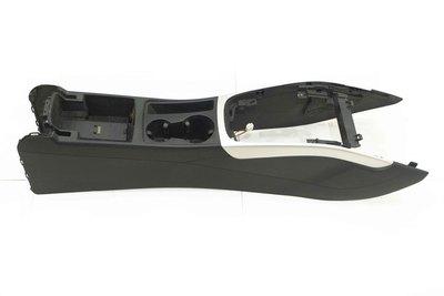 Czarny tunel środkowy ze srebrną ramką do Audi A4 B8 lift z numerem części : 8K0864901F .
