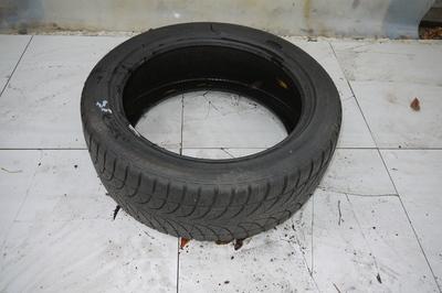 czarna opona zimowa Bridgestone Blizzak LM-32  235/45R18 98V 4,8 mm 2014r.